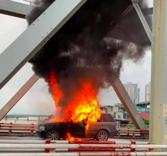 Hiện trường vụ xe sang Range Rover bốc cháy trơ khung sắt trên cầu Chương Dương - Ảnh 4.
