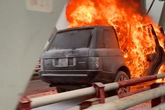 Xe Range Rover bốc cháy ngùn ngụt trên cầu Chương Dương, CSGT mở cửa xe cứu 2 người đàn ông - Ảnh 4.