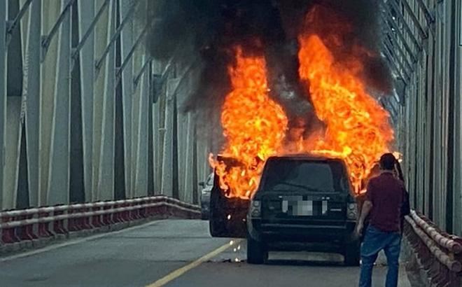 Xe Range Rover bốc cháy ngùn ngụt trên cầu Chương Dương, CSGT mở cửa xe cứu 2 người đàn ông - Ảnh 2.