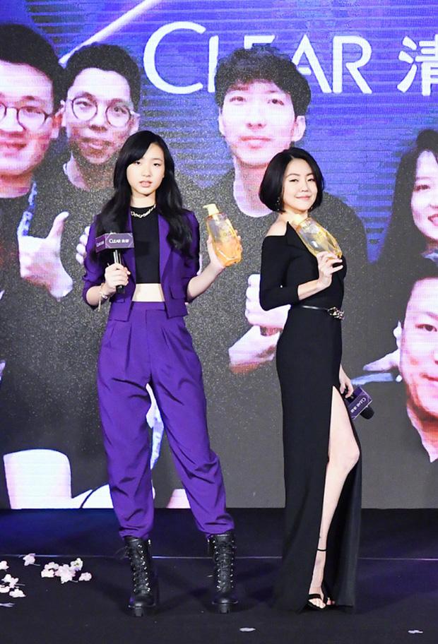 Con gái 14 tuổi của Tiểu S gây sốt khi lần đầu tham gia sự kiện: Vóc dáng như người mẫu, át cả bà mẹ sexy nhờ chiều cao - Ảnh 1.