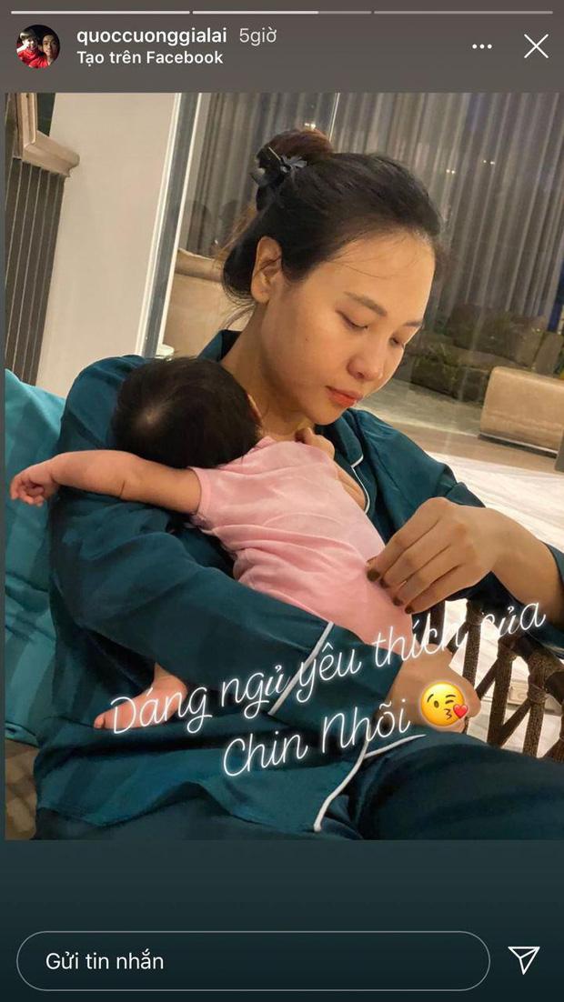 Cường Đô La hạnh phúc khoe khoảnh khắc Đàm Thu Trang chăm con gái, để lộ mặt mộc mẹ bỉm qua camera thường - Ảnh 1.