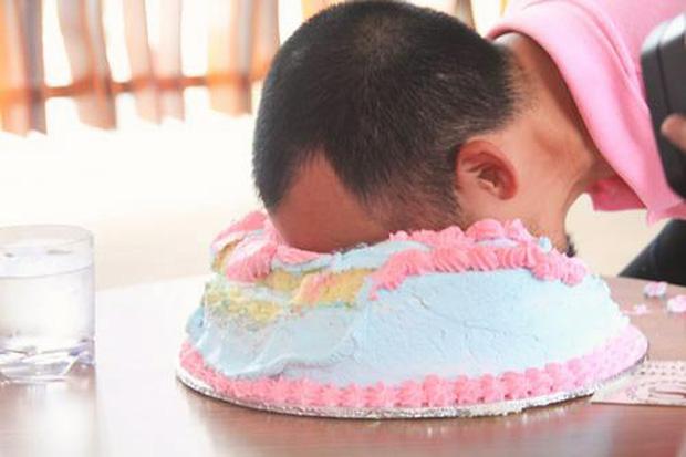 Bức ảnh khiến nhiều người giật mình sợ hãi nghĩ lại trò úp bánh kem vào mặt, mối nguy hiểm quả thật rất khôn lường - Ảnh 1.