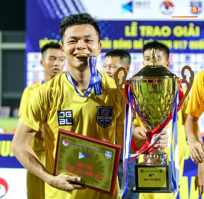 HLV Pháp triệu tập 40 cầu thủ, không gọi 3 cái tên xuất sắc nhất giải U17 quốc gia 2020 lên tuyển Việt Nam - Ảnh 1.