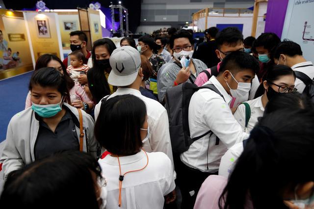Thất nghiệp vì COVID-19, người Thái đổ xô đến hội chợ tìm việc làm - Ảnh 1.