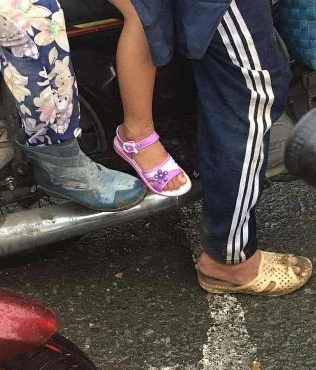 Bức ảnh cha đi tổ ong đầy bùn, mẹ đi đôi ủng cũ vẫn sắm cho con gái sandal mới tinh: Dù có vất vả nhưng không để con thua thiệt bạn bè - Ảnh 1.