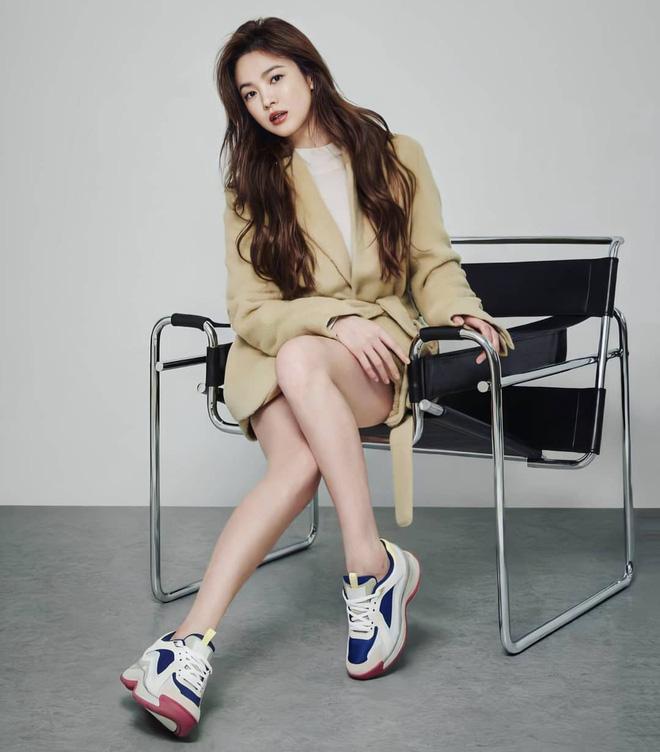 Ly hôn Song Joong Ki, Song Hye Kyo thăng hạng nhan sắc ngoạn mục: Vừa tung bộ ảnh đã gây sốt, đôi chân sao đỉnh thế này? - Ảnh 3.