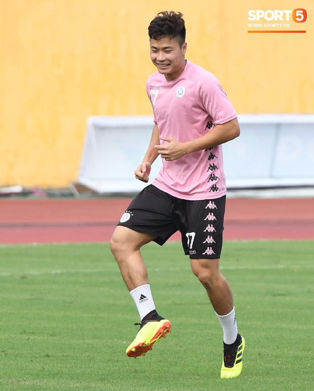 Văn Hậu thử sức với xà ngang rồi vô tình khoe cơ bắp cuồn cuộn, Quang Hải báo tin vui trước vòng 12 V.League 2020 - Ảnh 5.