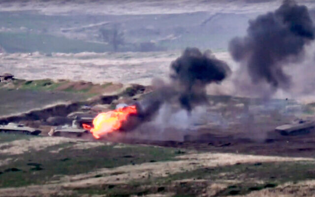 Armenia, Azerbaijan đối diện chiến tranh toàn diện: Thiết quân luật, tổng động viên - Xe tăng, trực thăng bốc cháy - Ảnh 1.