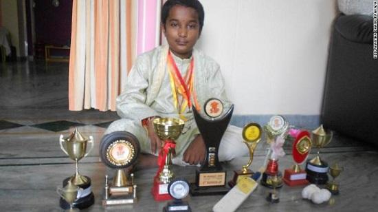 Thanh niên 5 tuổi chấn thương nứt hộp sọ, 20 tuổi trở thành người tính nhanh nhất thế giới - Ảnh 1.