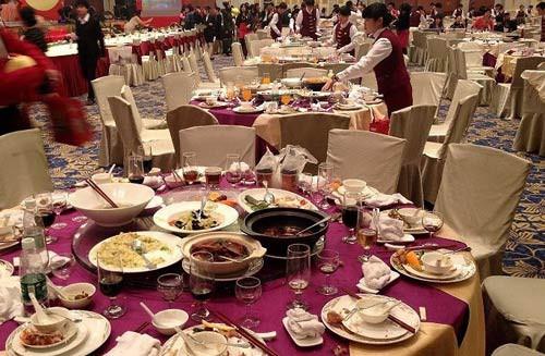 Phát hiện 1 ông lão vào tiệc cưới trộm thức ăn thừa, chủ khách sạn đứng từ xa, phản ứng bằng 1 hành động khiến nhân viên thán phục - Ảnh 2.