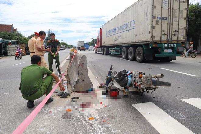 Đâm vào xe máy cắt ngang đường, xe container lật tiếp vào nhà dân khiến 2 người thương vong - Ảnh 1.