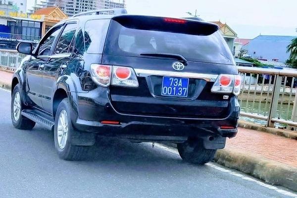 Vụ đoàn xe biển xanh dừng trên cầu Nhật Lệ: Thứ trưởng Bộ Xây dựng thừa nhận có sơ suất, lái xe đã nộp phạt - Ảnh 2.