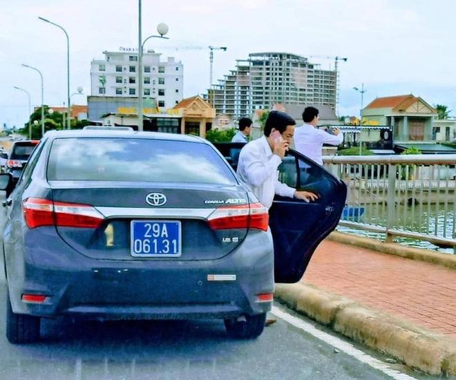 Vụ đoàn xe biển xanh dừng trên cầu Nhật Lệ: Thứ trưởng Bộ Xây dựng thừa nhận có sơ suất, lái xe đã nộp phạt - Ảnh 1.