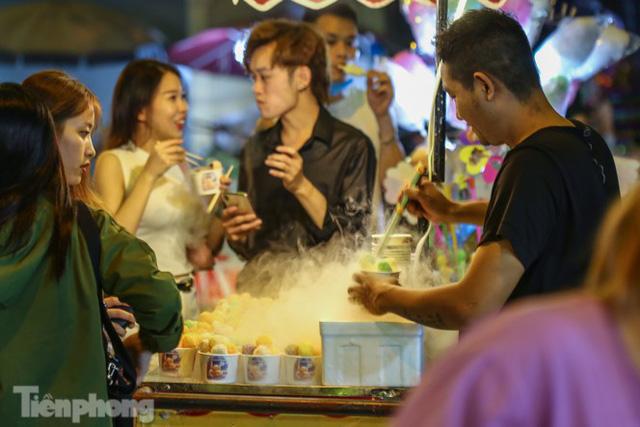'Hốt bạc' nhờ bán kem nhả khói độc đáo mùa Trung thu Hà Nội - Ảnh 1.
