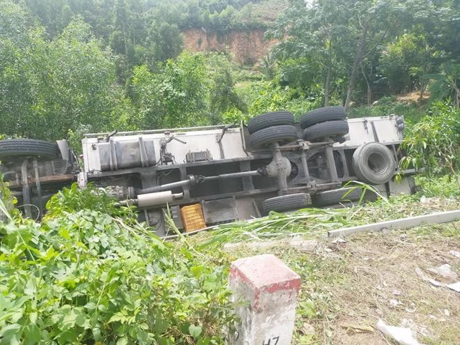 Xe tải đang đỗ tự lao dốc tông chết tài xế - Ảnh 1.