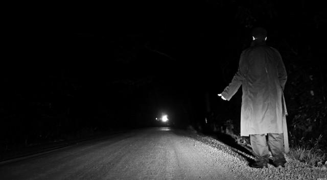 Đi nhờ xe lúc đêm hôm, người đàn ông toát mồ hôi khi nhìn kỹ chẳng thấy ai trong xe - Ảnh 1.