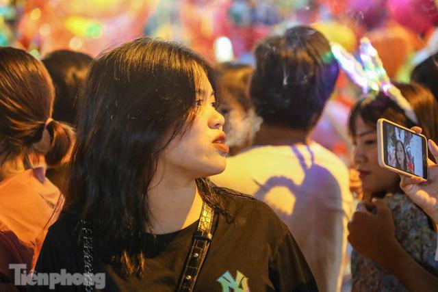 'Hốt bạc' nhờ bán kem nhả khói độc đáo mùa Trung thu Hà Nội - Ảnh 10.