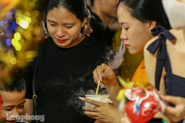 'Hốt bạc' nhờ bán kem nhả khói độc đáo mùa Trung thu Hà Nội - Ảnh 11.