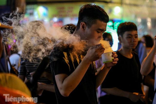 'Hốt bạc' nhờ bán kem nhả khói độc đáo mùa Trung thu Hà Nội - Ảnh 13.