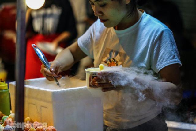 'Hốt bạc' nhờ bán kem nhả khói độc đáo mùa Trung thu Hà Nội - Ảnh 3.