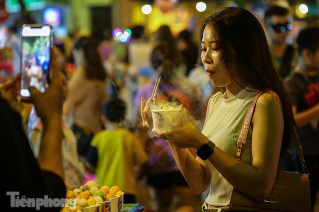 'Hốt bạc' nhờ bán kem nhả khói độc đáo mùa Trung thu Hà Nội - Ảnh 8.