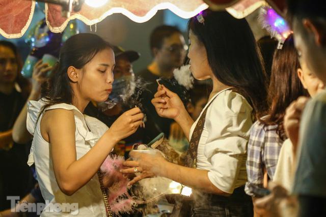 'Hốt bạc' nhờ bán kem nhả khói độc đáo mùa Trung thu Hà Nội - Ảnh 9.