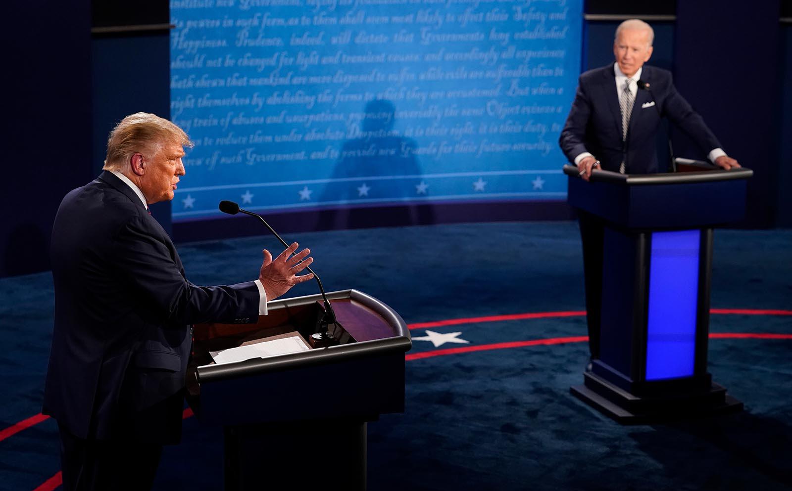 """Tranh luận thành """"chảo lửa"""": Ông Trump và ông Biden bất đồng về tất cả vấn đề, liên tục công kích cá nhân"""