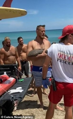 Phản ứng gây kinh ngạc của người đàn ông khi bị cá mập cắn chặt tay không chịu nhả - Ảnh 2.