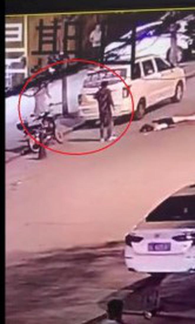 Vụ án gây phẫn nộ MXH Trung Quốc: Gã trai giết bạn gái cũ dã man ngay trên đường, người dân khuyên can cũng bị dùng dao truy đuổi - Ảnh 1.