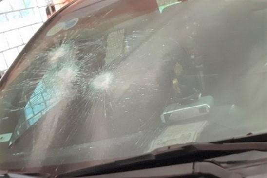Xe của chủ tịch huyện ở Thanh Hóa bị đập kính, bẻ cong biển số khi để trong cơ quan  - Ảnh 1.