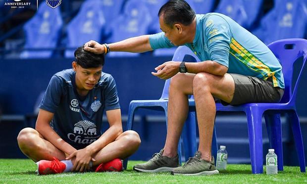 Bóng đá Thái Lan khiến tất cả ngạc nhiên: Xuất khẩu một lúc 3 cầu thủ sang Ngoại Hạng Anh, trong đó có người từng gây hấn với Đình Trọng - Ảnh 1.
