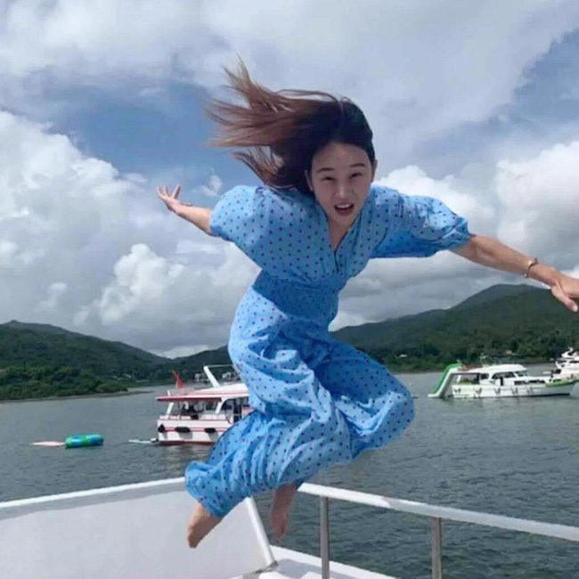 Được bạn thân chụp ảnh cho theo phong cách bay nhảy giữa biển khơi, thiếu nữ tái mặt với loạt hình như phù thủy khó tính - Ảnh 1.