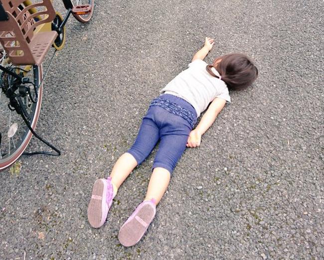 Xót xa bức ảnh bé gái nằm sõng soài trên đường nhưng câu chuyện thật đằng sau lại khiến bao người thay đổi thái độ - Ảnh 1.