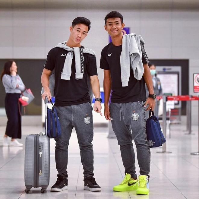 Bóng đá Thái Lan khiến tất cả ngạc nhiên: Xuất khẩu một lúc 3 cầu thủ sang Ngoại Hạng Anh, trong đó có người từng gây hấn với Đình Trọng - Ảnh 3.