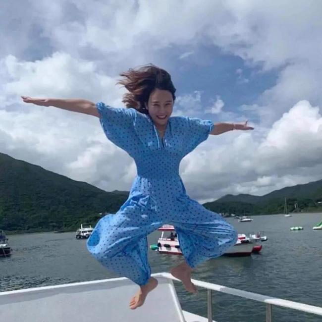 Được bạn thân chụp ảnh cho theo phong cách bay nhảy giữa biển khơi, thiếu nữ tái mặt với loạt hình như phù thủy khó tính - Ảnh 4.