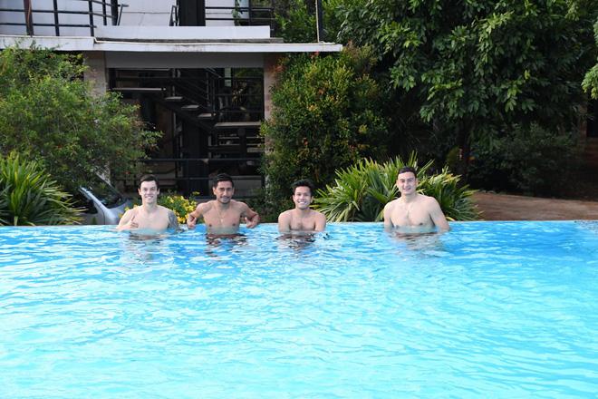 Văn Lâm khoe body cực đỉnh tại bể bơi, thoải mái thư giãn cùng đồng đội trước thềm trận đấu có sự góp mặt của HLV tuyển Thái Lan - Ảnh 4.