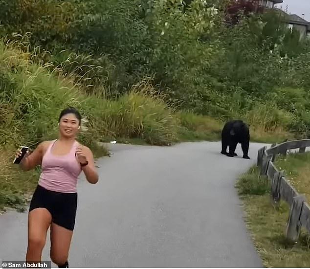 Gặp cô gái chạy bộ trên đường, gấu đen từ trong bụi rậm đi ra... sờ chân! - Ảnh 2.