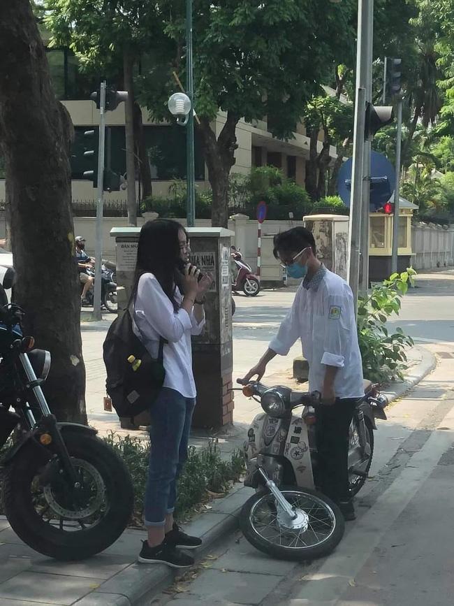 Sự cố ngày khai giảng khiến 2 học sinh đứng ngẩn giữa đường, ai nấy nhìn vào bánh xe cũng sửng sốt: Làm gì đến nông nỗi này? - Ảnh 1.