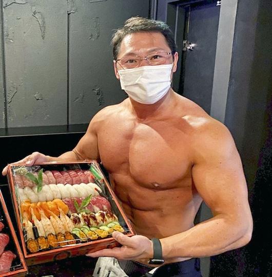 Nhà hàng sushi thuê dàn trai 6 múi về phát triển dịch vụ lực sĩ giao hàng khiến doanh thu tăng vọt - Ảnh 1.