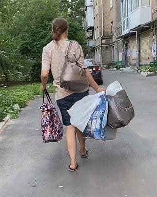 Người phụ nữ vừa xách chiếc túi vừa hát ru trông kỳ cục, người qua đường thấy lạ vội vàng báo cảnh sát và phát hiện sự thật gây sốc - Ảnh 1.