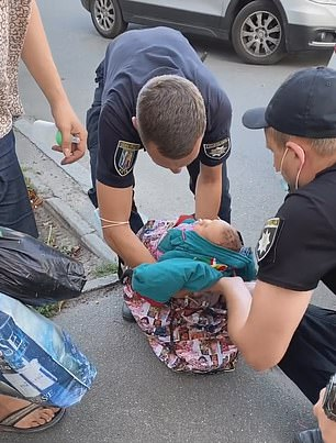 Người phụ nữ vừa xách chiếc túi vừa hát ru trông kỳ cục, người qua đường thấy lạ vội vàng báo cảnh sát và phát hiện sự thật gây sốc - Ảnh 3.