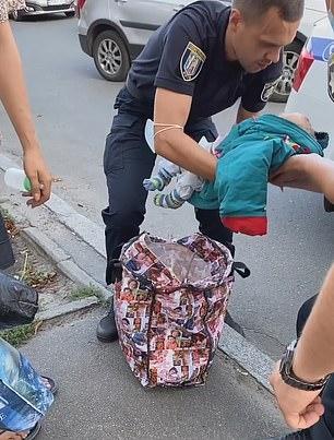 Người phụ nữ vừa xách chiếc túi vừa hát ru trông kỳ cục, người qua đường thấy lạ vội vàng báo cảnh sát và phát hiện sự thật gây sốc - Ảnh 4.