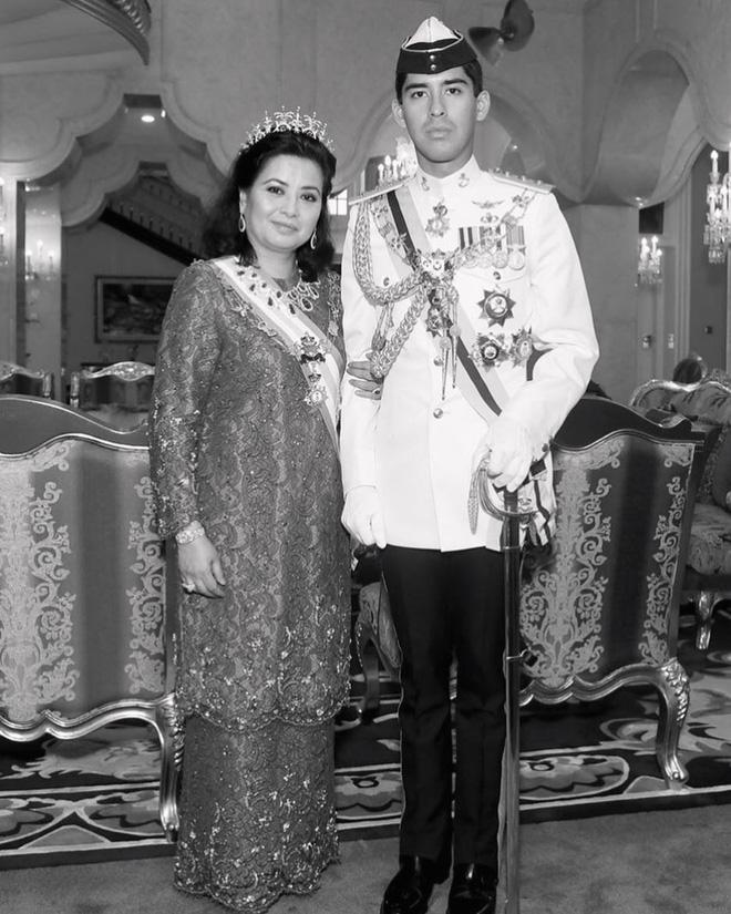 Cực phẩm Hoàng tử của Malaysia: Chàng quân nhân điển trai như tài tử điện ảnh, Instagram chỉ chia sẻ hình chụp cùng một người phụ nữ duy nhất - Ảnh 10.