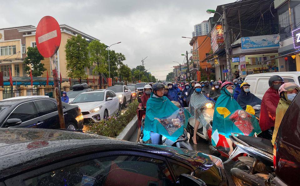 Sáng thứ Hai, mưa lớn, tắc đường, tài xế còn choáng váng hơn khi chứng kiến cảnh trước mắt