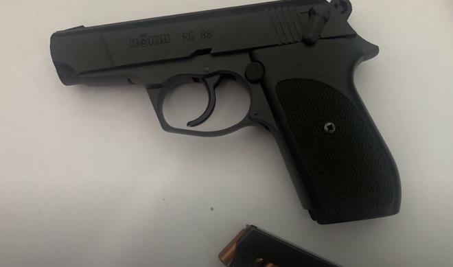 Từ vụ giám đốc công ty bảo vệ chĩa súng vào tài xế: Sử dụng công cụ hỗ trợ thế nào thì hợp pháp? - Ảnh 2.
