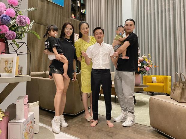 Tụ họp cùng công ty, Đàm Thu Trang chiếm trọn spotlight vì lần đầu lộ body sau 1 tháng sinh: Nuột thế này mà sao cứ giấu mãi? - Ảnh 2.