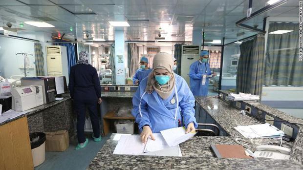 Bi kịch kinh hoàng của Covid-19 ở Syria: Các bệnh viện đang rơi vào cảnh người trước tử vong, người sau mới tới lượt - Ảnh 1.