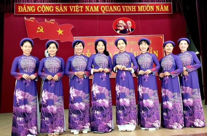 Nam cán bộ công chức mặc áo dài ngũ thân đến công sở - Ảnh 1.