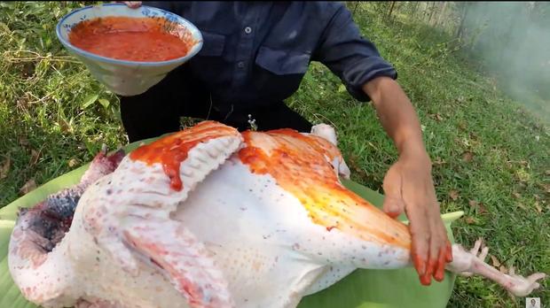 Dùng tay trần sờ vào đồ ăn nhưng lần này Bà Tân Vlog nhanh chóng giải thích lý do trước khi cư dân mạng kịp ý kiến - Ảnh 3.