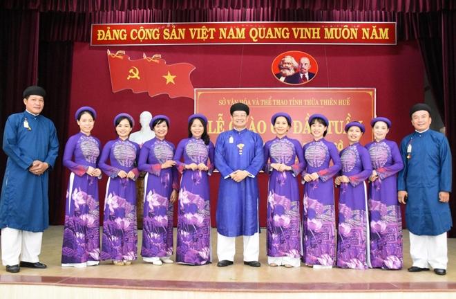 Nam cán bộ công chức mặc áo dài ngũ thân đến công sở - Ảnh 2.